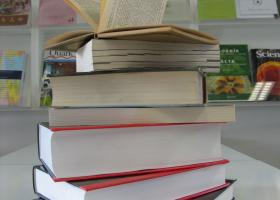 Medknjižnična izposoja je storitev, ki uporabnikom omogoča naročanje in dostop do gradiva iz lokacijsko oddaljenih knjižnic. (foto: L. Glavač)