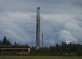 V okviru bilateralnega projekta Finska-Slovenija smo raziskovali vpliv onesnaženja s težkimi kovinami na združbe talnih organizmov; na sliki dimnik talilec v Harjavalti na Finskem. (Foto: Al Vrezec)
