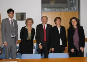 Obisk francoske delegacije, 19.11.2013. Z leve: Thomas Wellebrouck (Ataše za znanost in  visoko šolstvo, Francosko Veleposlaništvo), prof. dr. Tamara Lah Turnšek (direktorica NIB), dr. Luis M. Mir (CNRS), dr. Florence Noble (CNRS), dr. Francesca (CNRS). (foto: H. Končar)